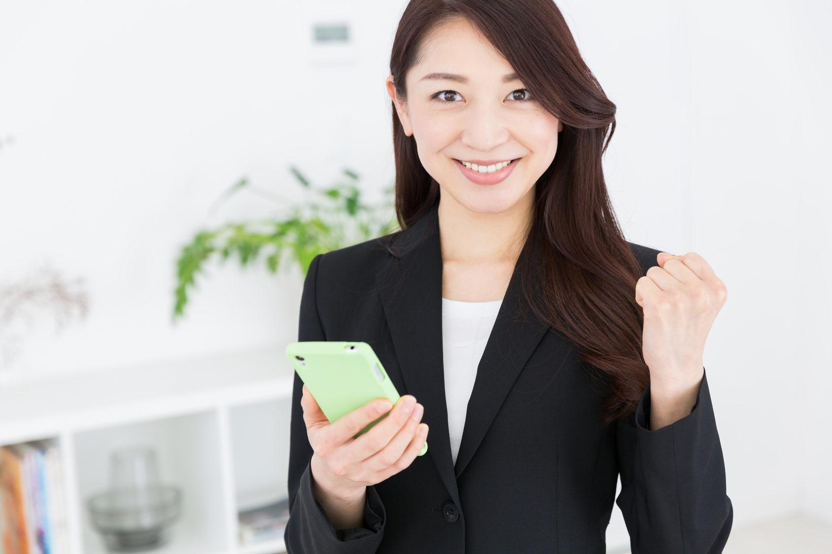 携帯販売をする女性